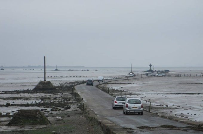 Cars crossing the passage du gois