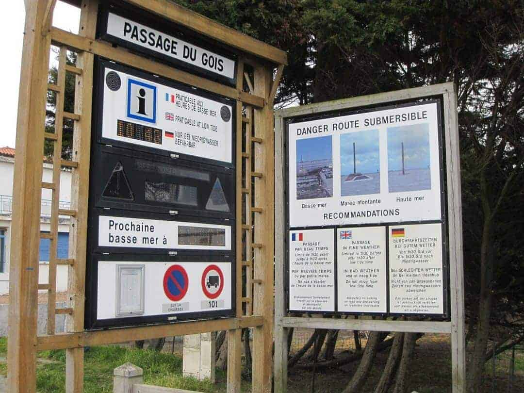 Warning signs for passage du gois