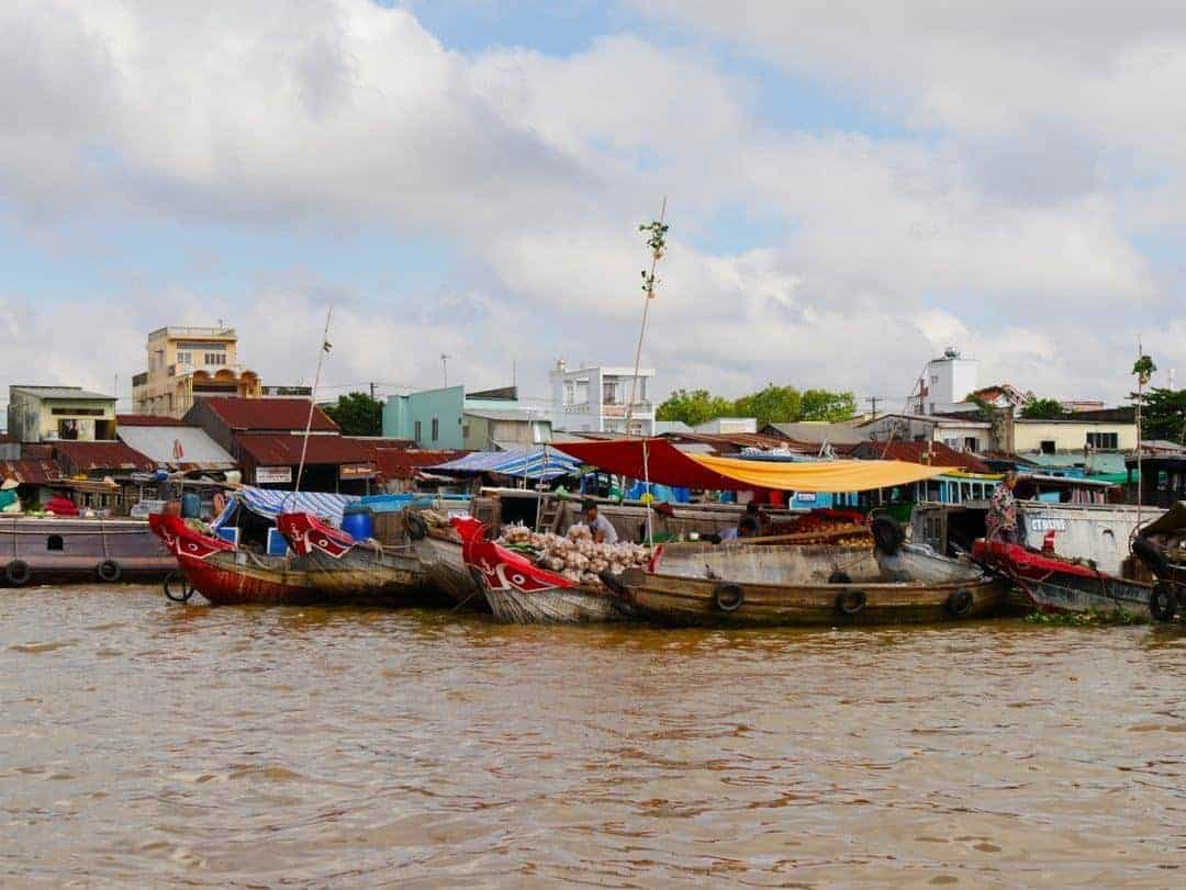 The boats all bunched together at the floating market
