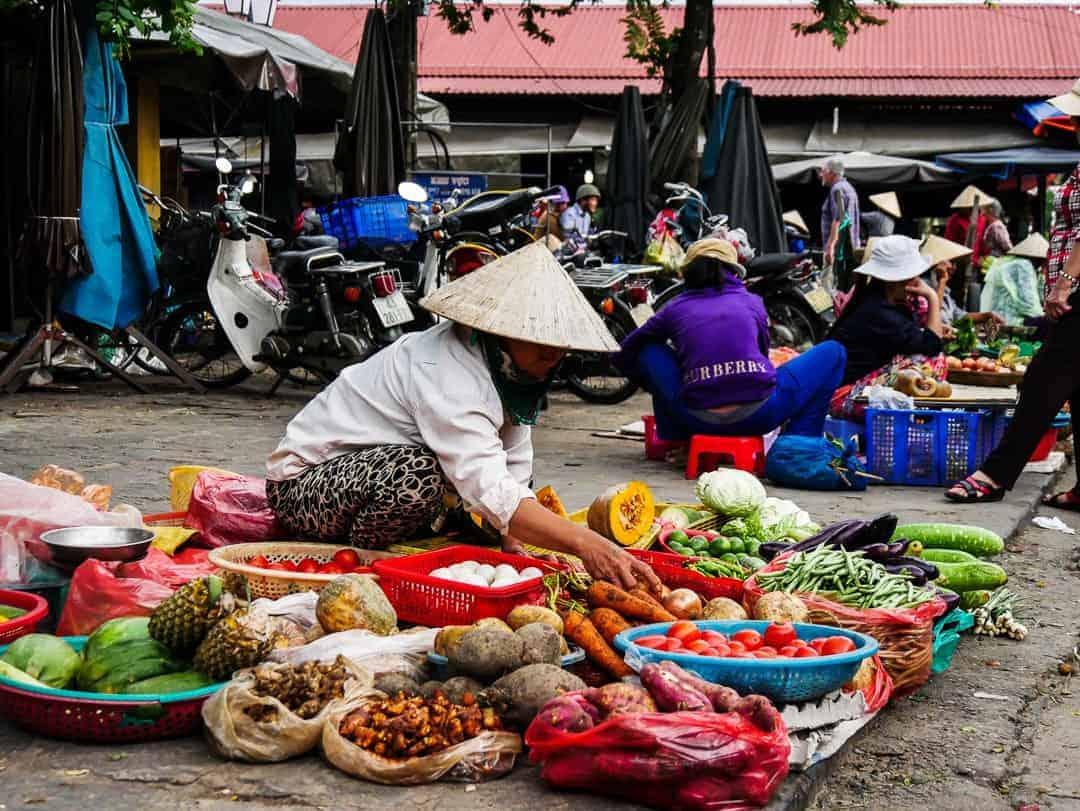 hoi-an-vietnam-street-market