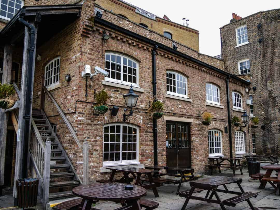 Captain Kidd outdoor beer garden - Historic pub and food tours in London
