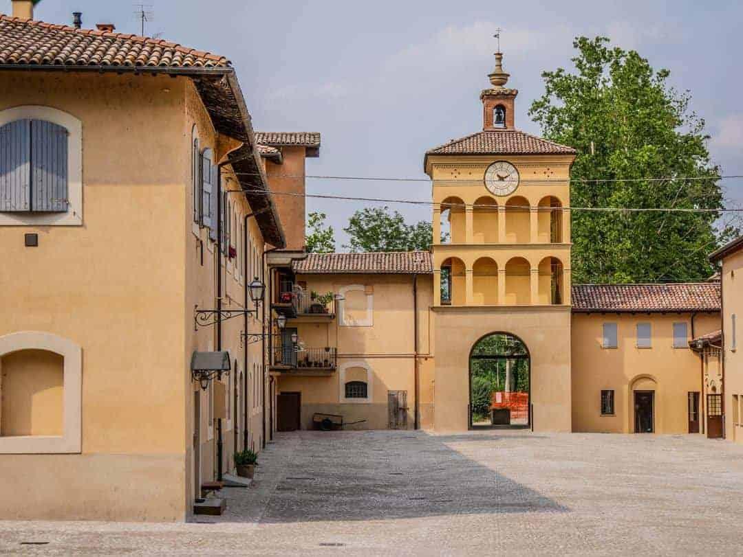 Vintage Vespa Food and Wine Tour Bologna Italy Palazzo de rossi - vespa tours in bologna