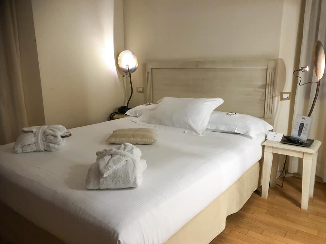 hotel del castello bedroom