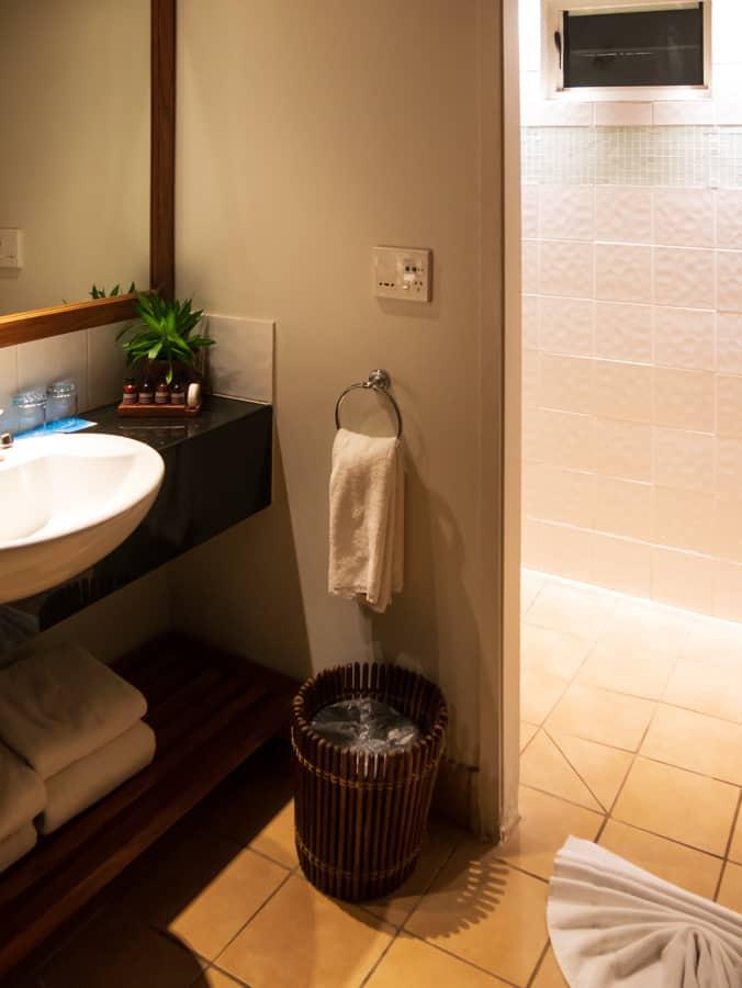 Fiji Putrigger bure bathroom