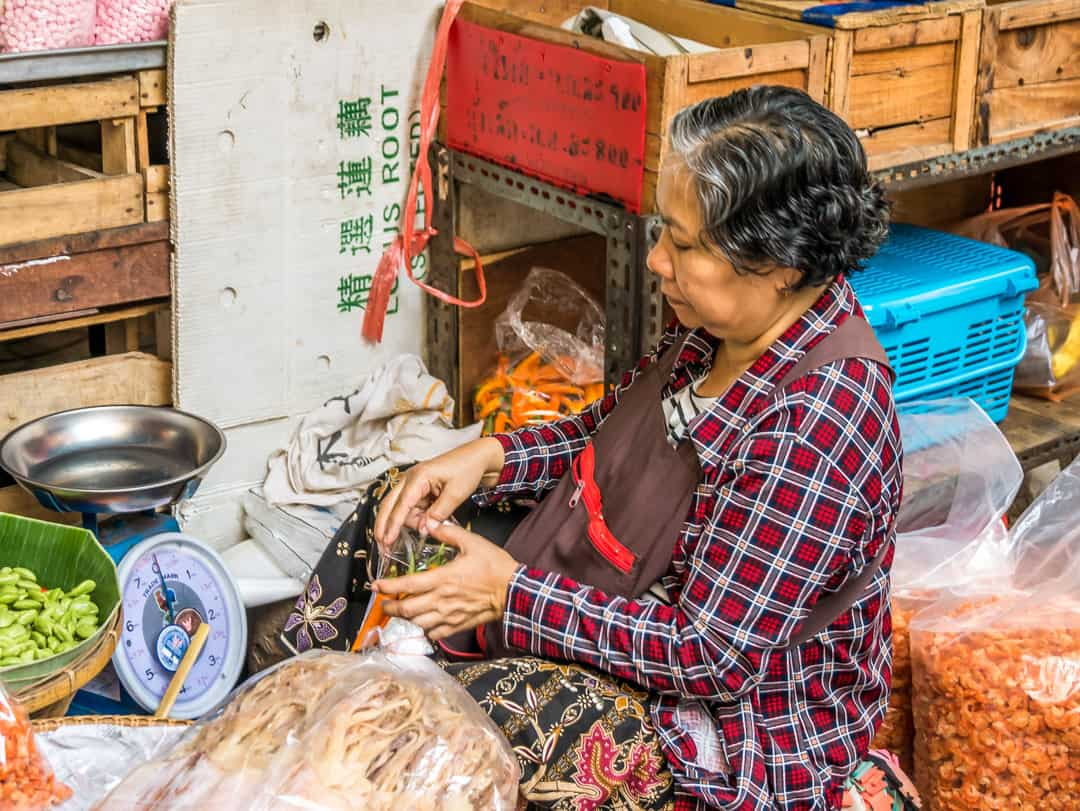 lady selling prawns Bangkok Thai cuisine